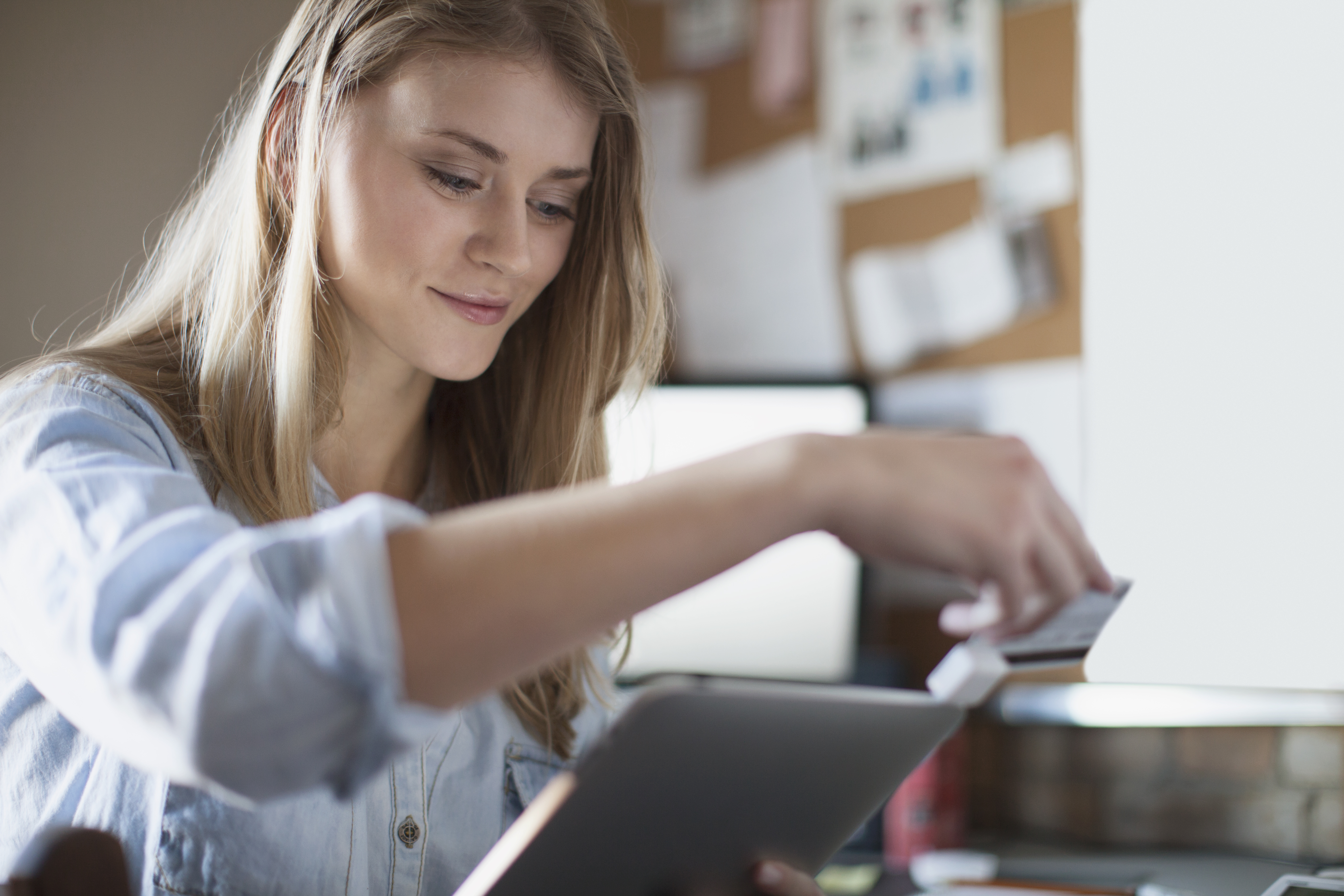 Pers.Bank Services - Woman swipping card on ipad